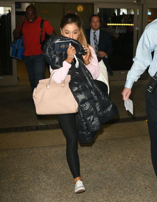Dlaczego Ariana Grande zasłania twarz przed paparazzi?