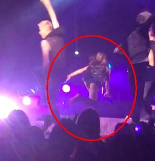 Ariana Grande spadła ze sceny! (VIDEO)