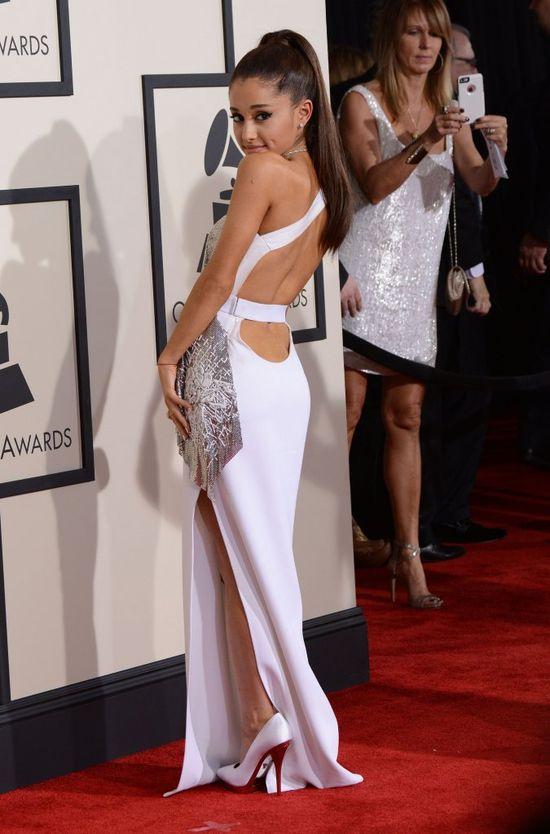 Ariana Grande przesadziła z ilością sztucznych włosów (FOTO)