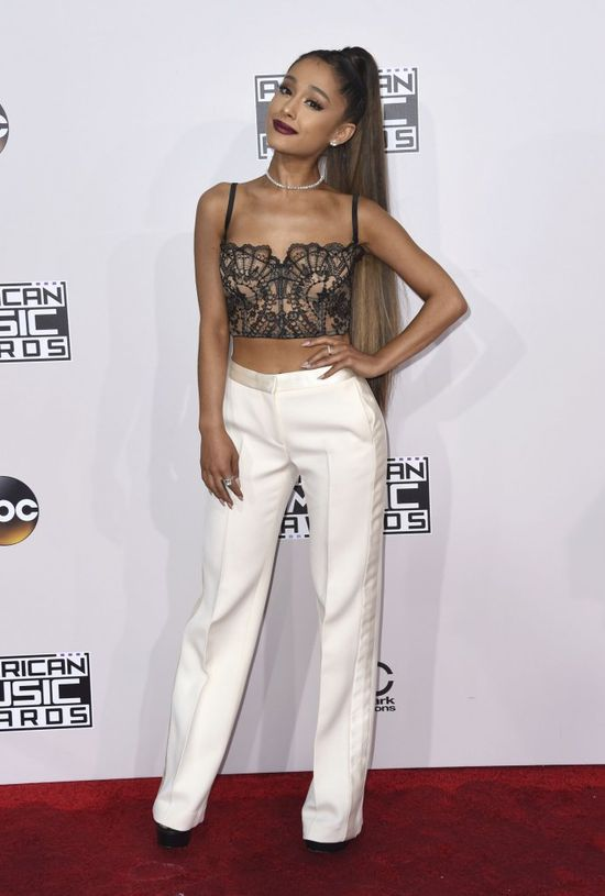 Co miała na sobie Ariana Grande podczas rozdania AMA's? (FOTO)