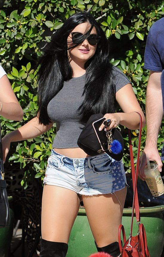 Jest niska jak Ariana Grande, ale figurę ma zupełnie inną (FOTO)