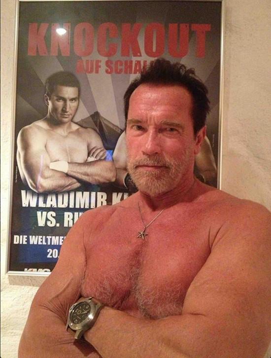 Kliczko i Schwarzenagger naśladują swoje pozy