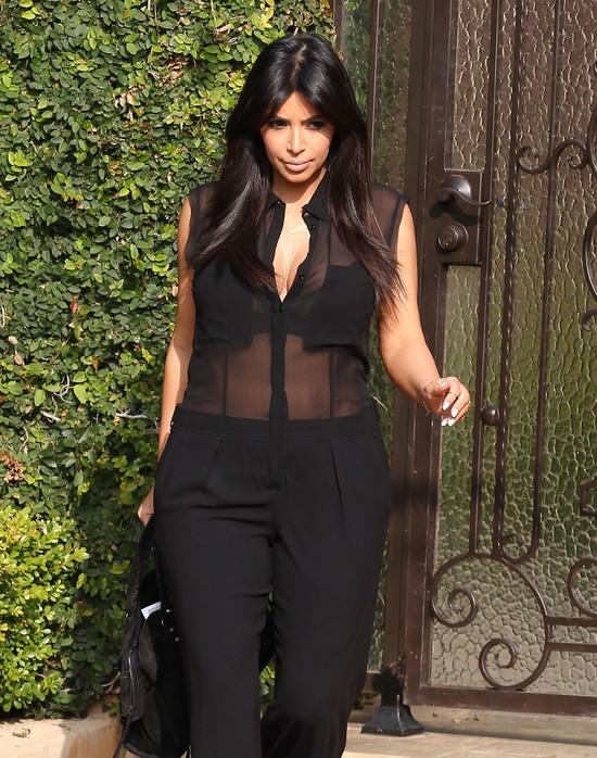 Kim Kardashian w za długich spodniach