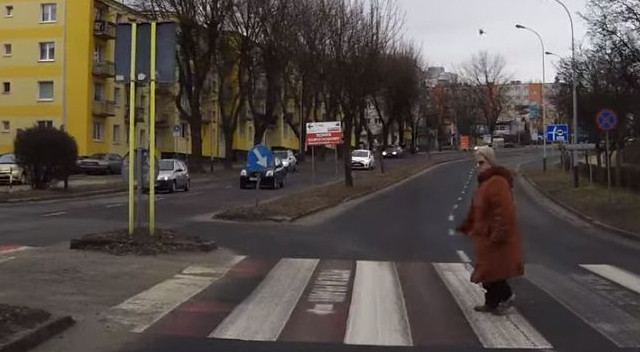 Kierowca zatrzymał się przed pasami, staruszka stojąca na przejściu zrobiła TO