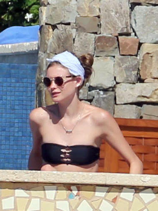 Behati Prinsloo w bikini wypoczywa na plaży (FOTO)