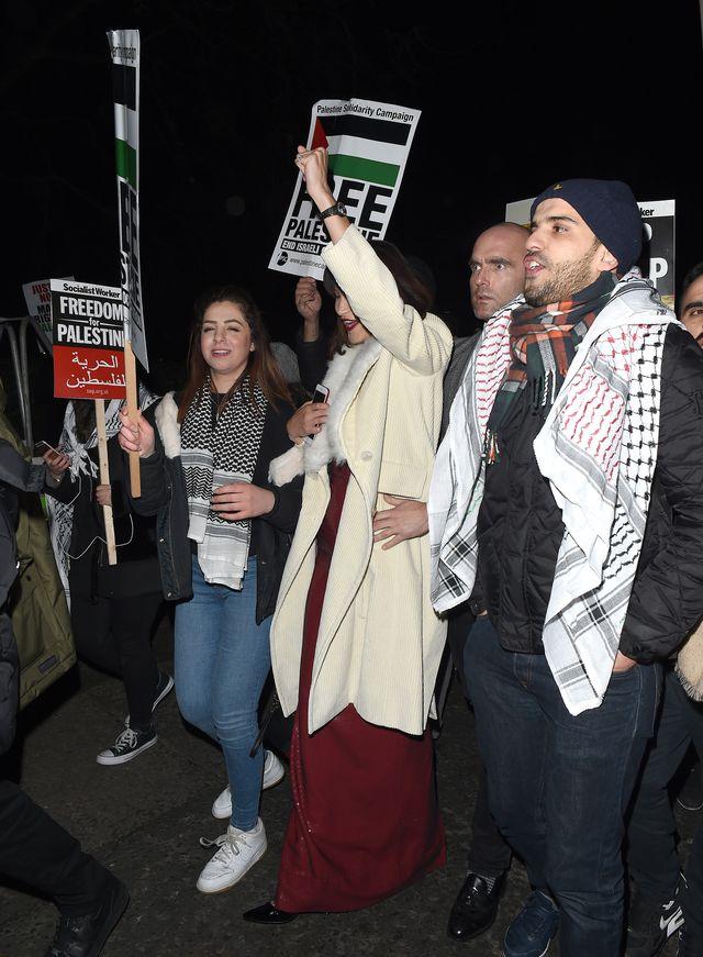 Bella Hadid wpadła na 3 minuty na manifestację, śmiała się i pozowała do selfie