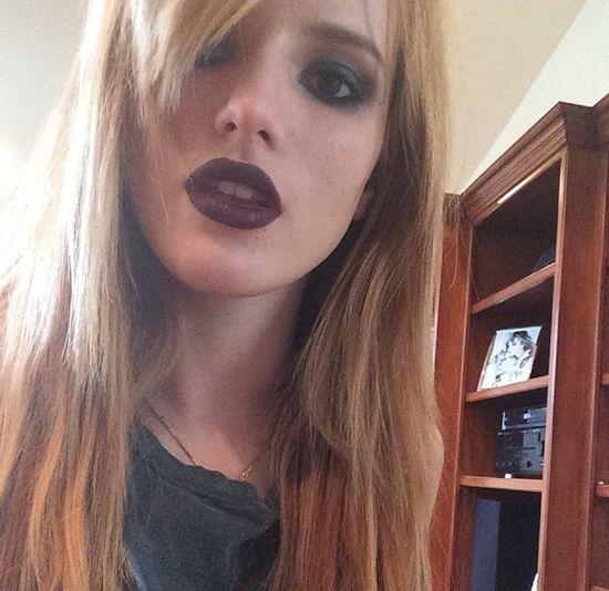 Bella Thorne bez makija�u i z kolczykiem w p�pku (FOTO)