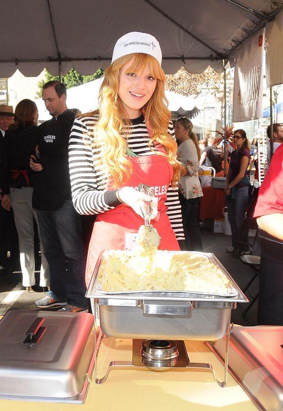 Bella Thorne gotuje dla bezdomnych (FOTO)