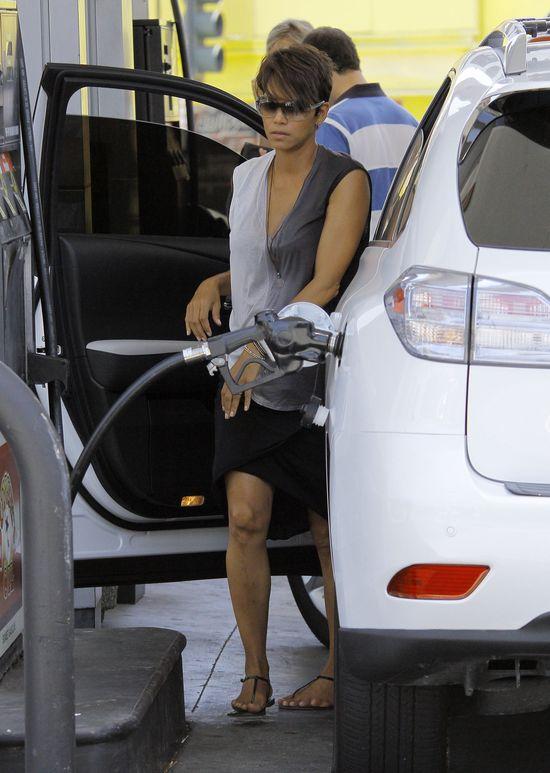 Ciężarna Halle Berry na stacji benzynowej (FOTO)
