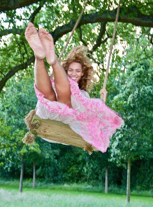Beyonce karmi Blue Ivy (FOTO)