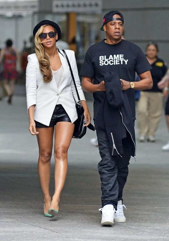 Internet �mieje si� z krzywych n�g Beyonce (FOTO)