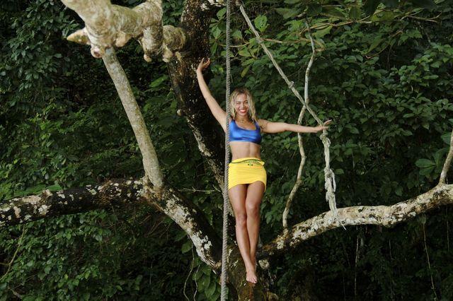 Beyonce chwali się figurą... na drzewie (FOTO)