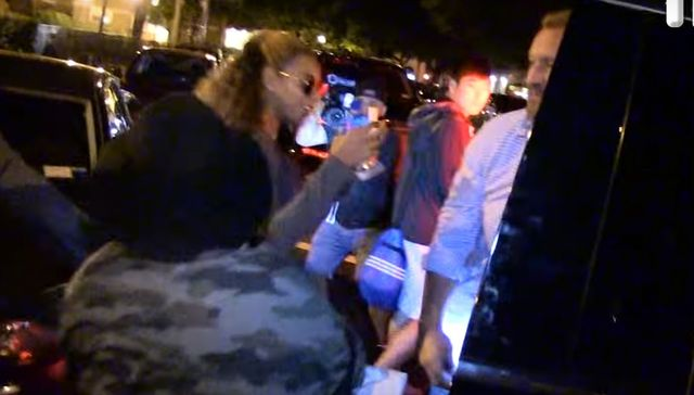 Fan podchodzi do Beyonce. Reakcja jej męża jest... PRZERAŻAJĄCA?