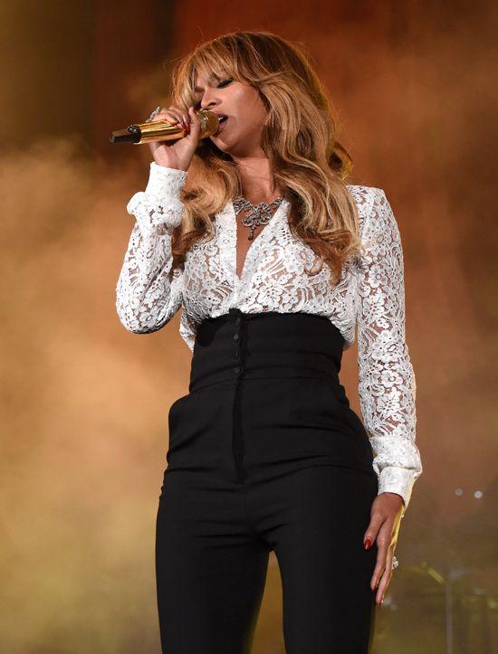Beyonce pokazała piersi na koncercie - pękła jej bluzka!
