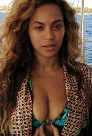 Beyonce ścisnęła sobie biust, by zdjęcie wyszło lepiej? FOTO