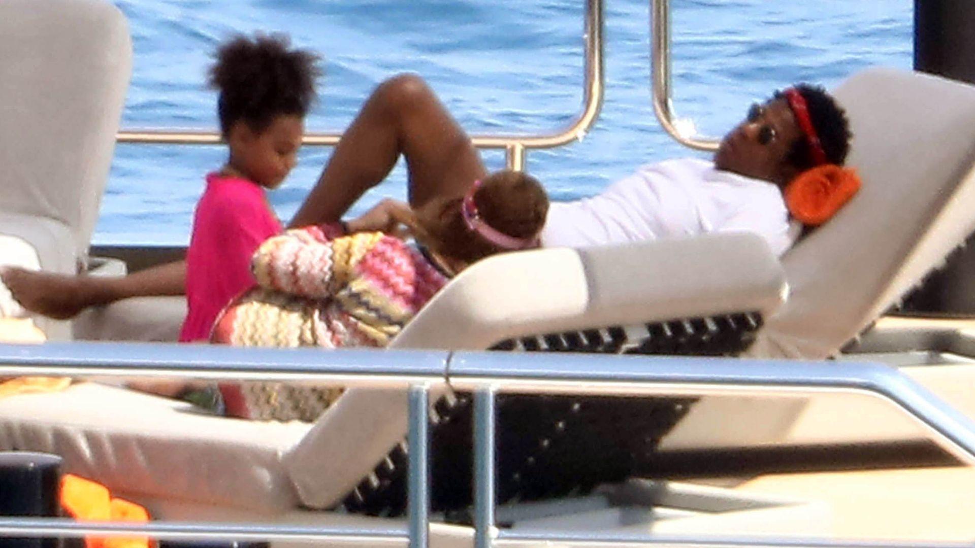 Tak trzeba odpoczywać po pracy – Beyonce na jachcie w basenie (ZDJĘCIA)