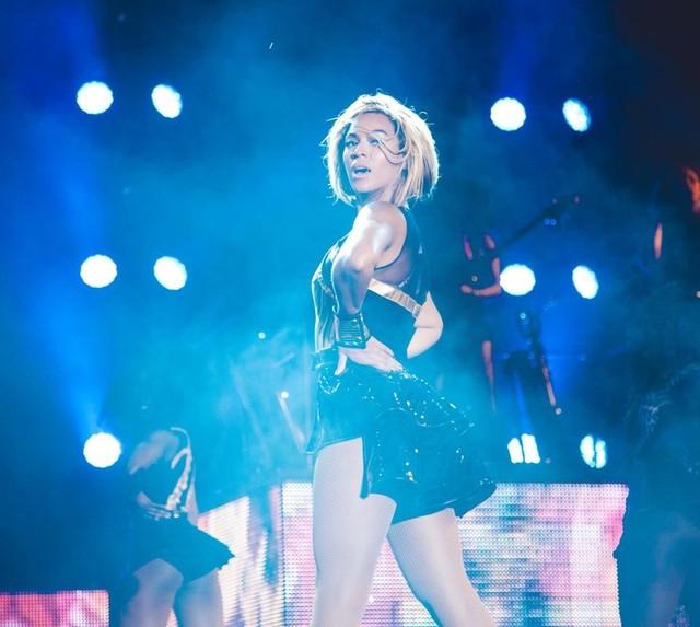 Półnagi fan próbował ściągnąć Beyonce ze sceny (VIDEO)