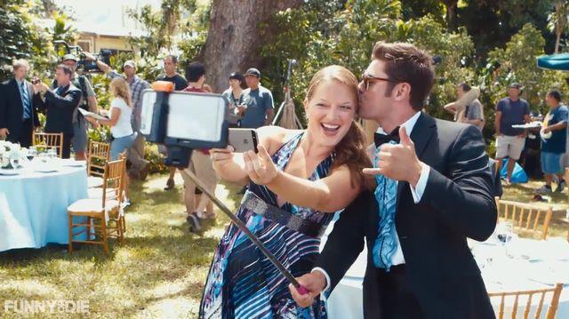 Zac Efron nie rozstaje się ze swoim selfie-stickiem?