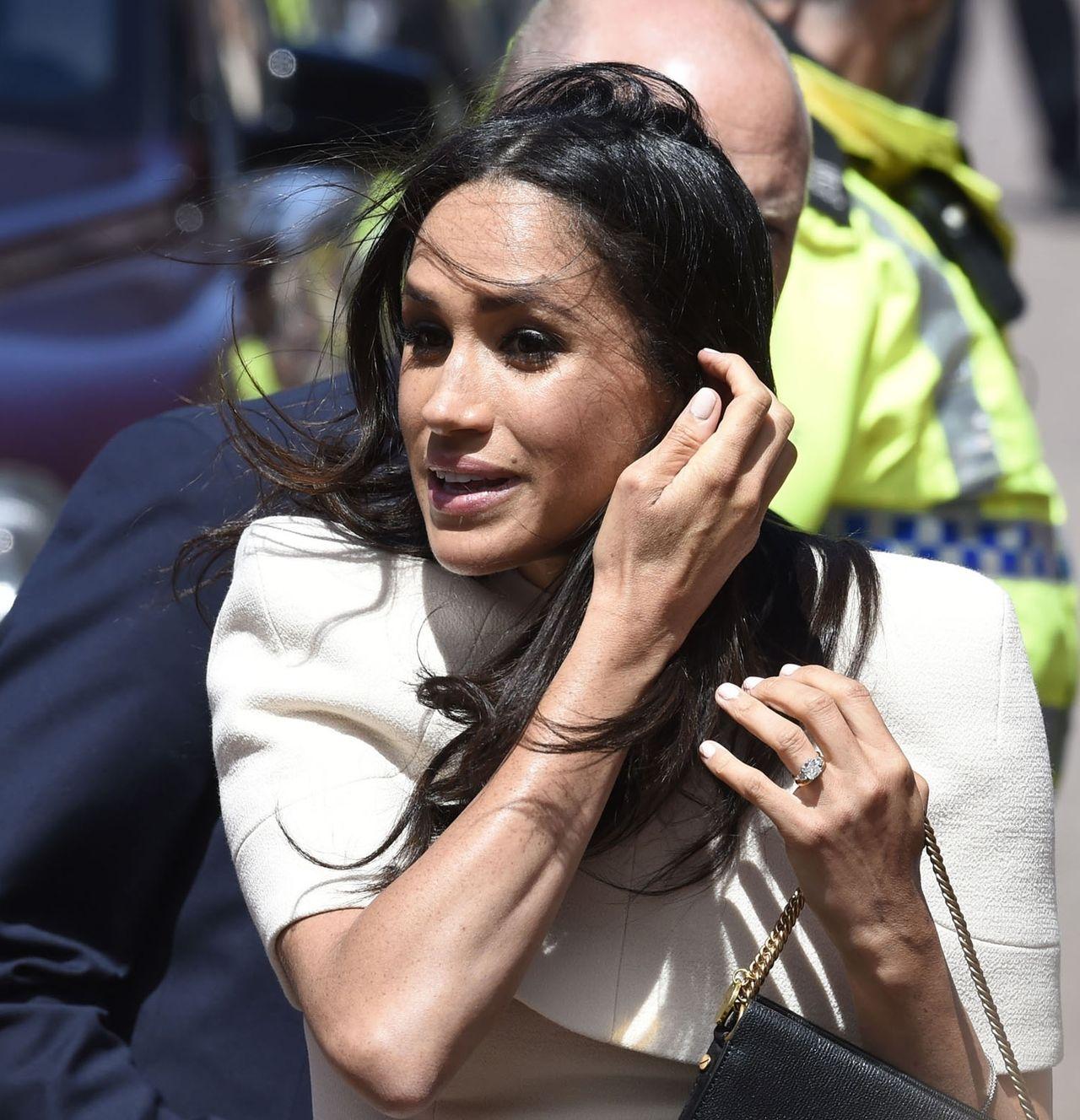 Jakie konsekwencje grożą księżnej Meghan za odsłonięty biustonosz na ślubie?