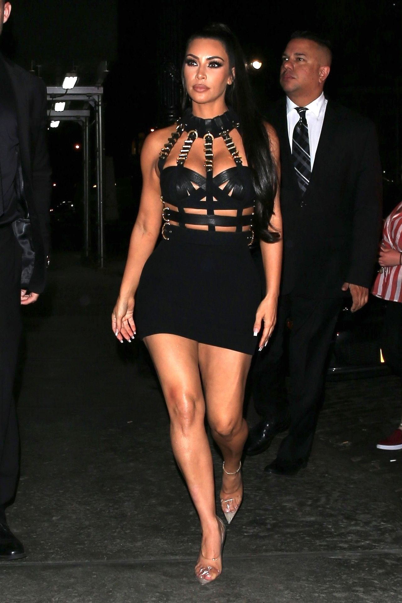 Ta dziewczyna chciała wyglądać jak Kim Kardashian? Udało się? (ZDJĘCIA)