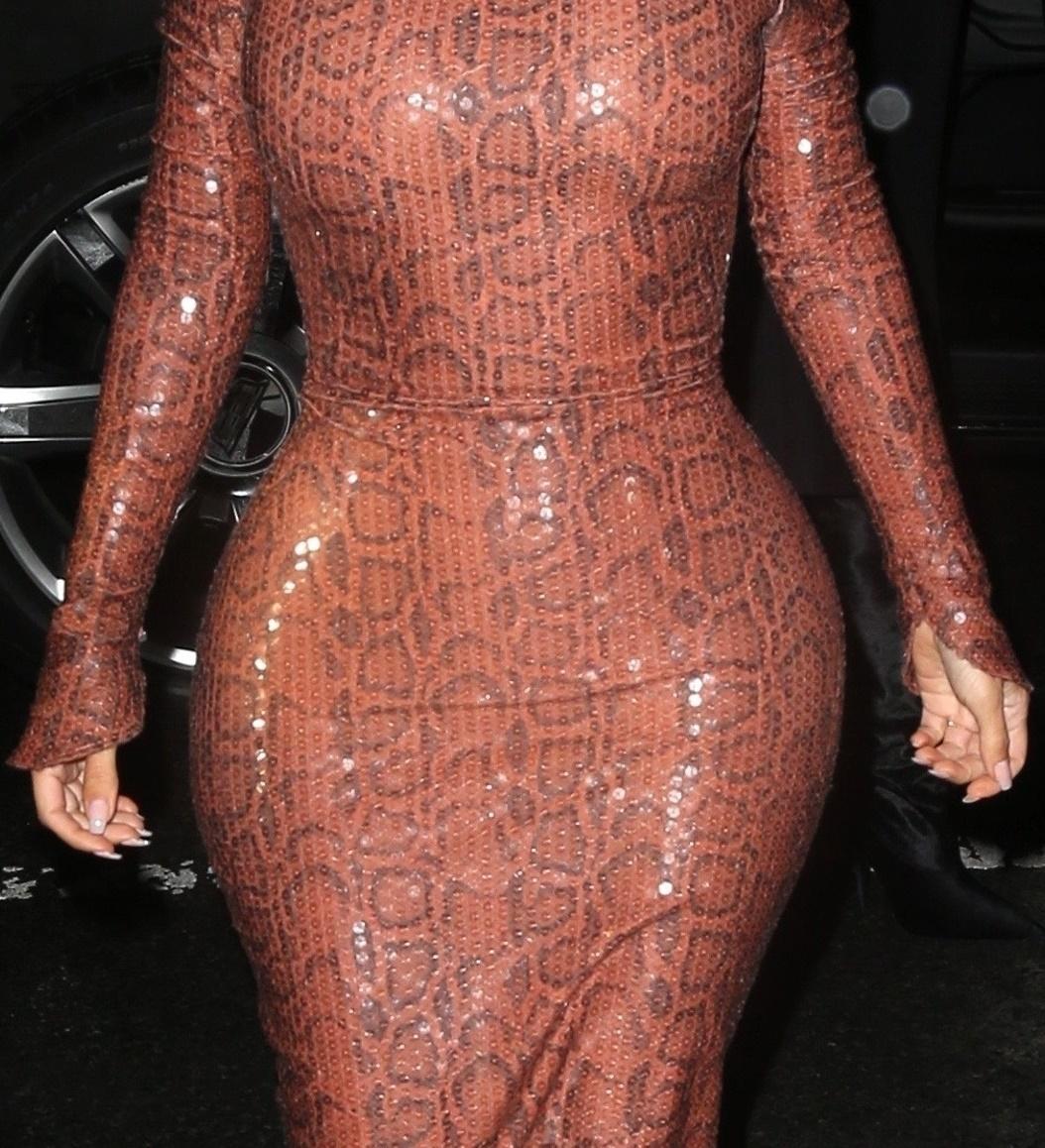 Ta kreacja pokazała PRAWDZIWE wcięcie w talii Kim Kardashian
