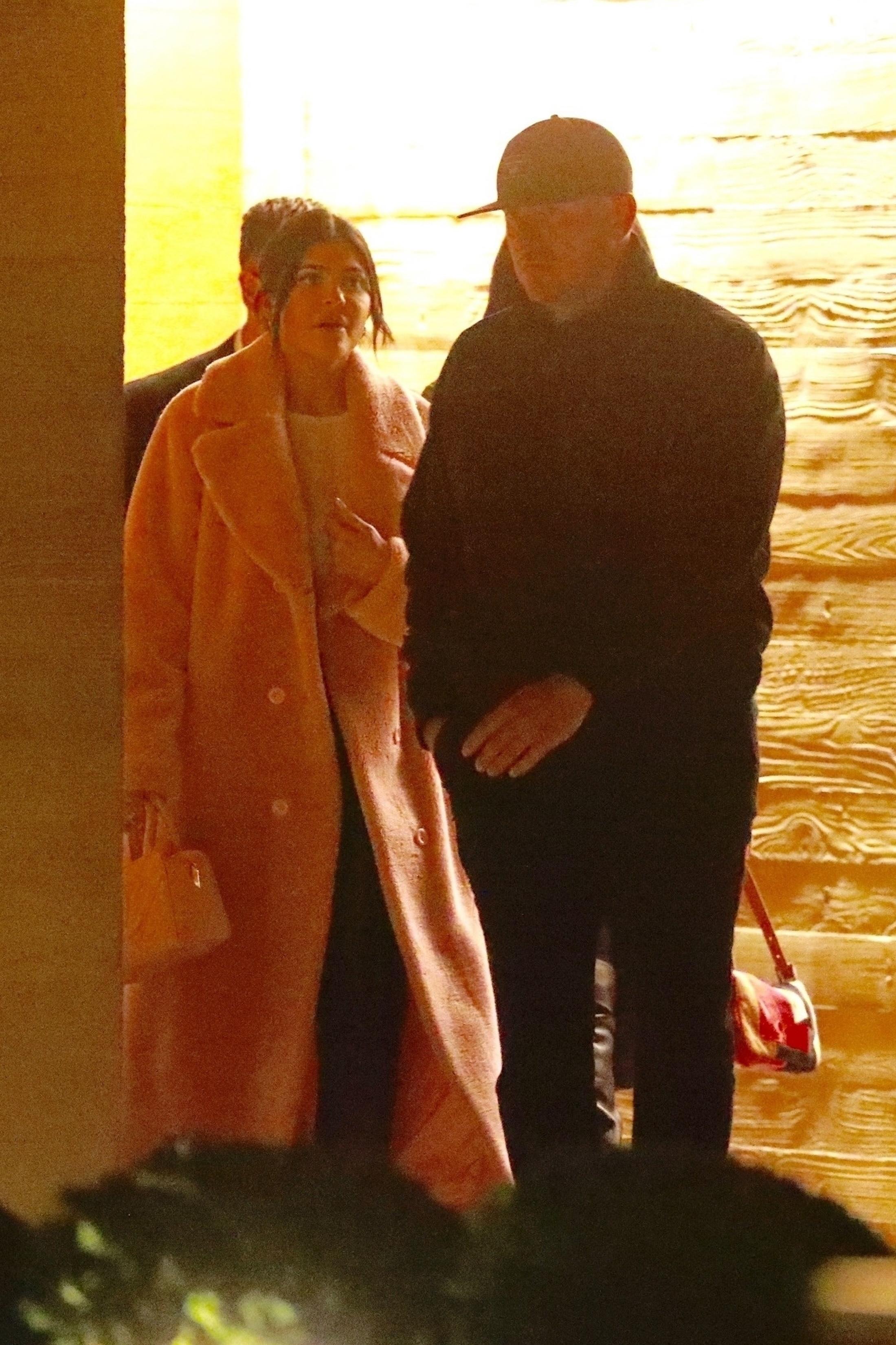 Kylie Jenner ukrywa ciążowy brzuszek pod wielkim płaszczem? (ZDJĘCIA)