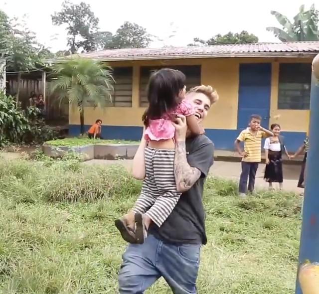 Justin Bieber pomaga budować szkołę w Gwatemali (FOTO)