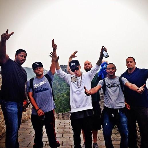 Justin Bieber kazał się nieść przez Mur Chiński (FOTO)