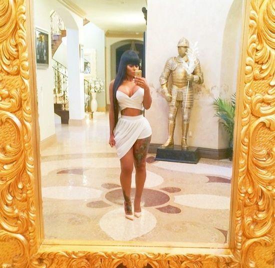Kim Kardashian nosi gorset wyszczuplaj�co-modeluj�cy (FOTO)
