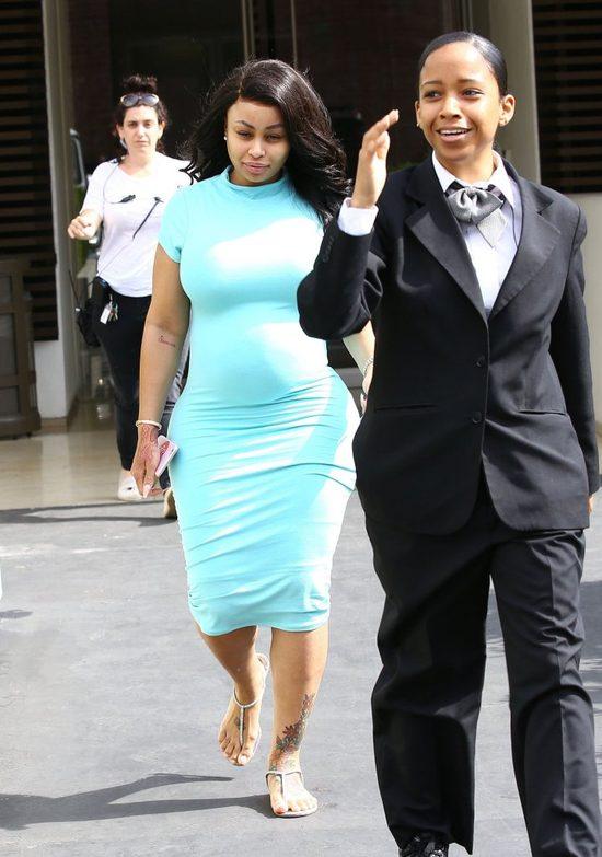 Blac Chyna w obcisłej sukience pokazuje ciążowy brzuszek (FOTO)
