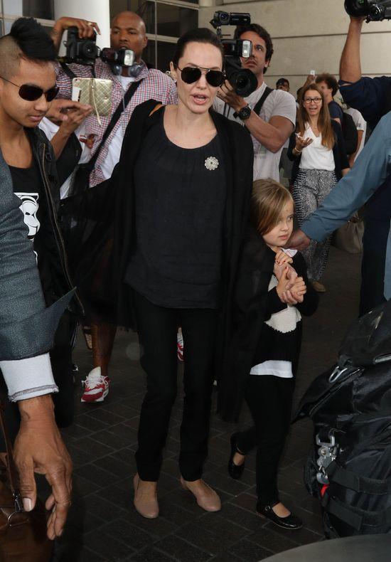 Rodzina Pitt-Jolie przedziera się prze tłum paparazzi (FOTO)