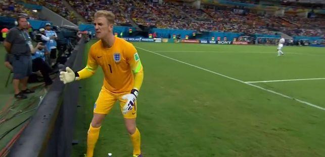 Brytyjski bramkarz KLNIE NA CHŁOPCA podającego piłkę VIDEO