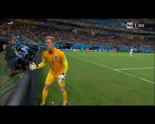 Brytyjski bramkarz KLNIE NA CHŁOPCA podającego piłkę [VIDE