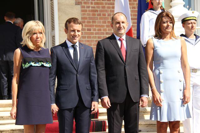 Brigitte Macron założyła mini i odsłoniła ramiona, a tam... (ZDJĘCIA)