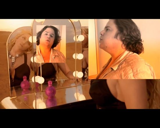 Tłuszczyk nie przeszkadza mu BRAWUROWO naśladować Britney