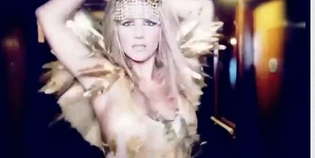 Dwie twarze Britney Spears w reklamie perfum (VIDEO)