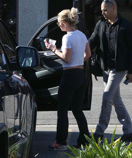 Brzuch Britney Spears - okładka vs. rzeczywistość (FOTO)