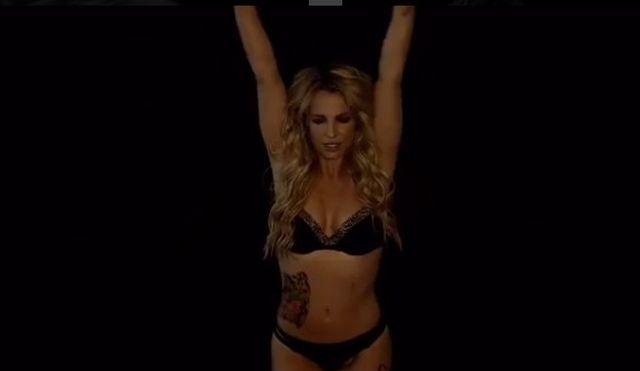 Britney Spears wraca. W samej bieliźnie i tatuażach (VIDEO)
