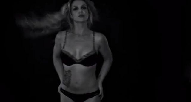 Britney Spears wraca. W samej bieli�nie i tatua�ach (VIDEO)