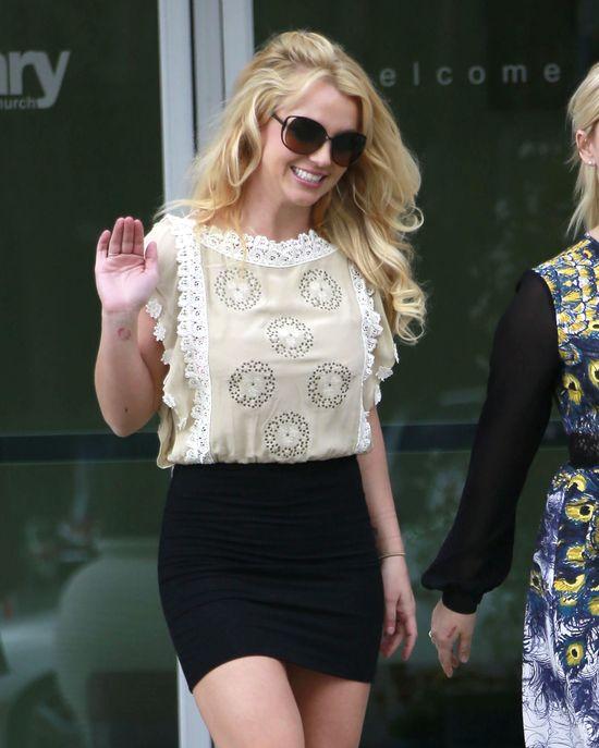 Britney Spears wychodzi z niedzielnej mszy (FOTO)