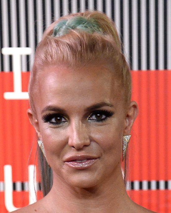 Kreacja Britney Spears na MTV VMA omal nie strzeliła (FOTO)