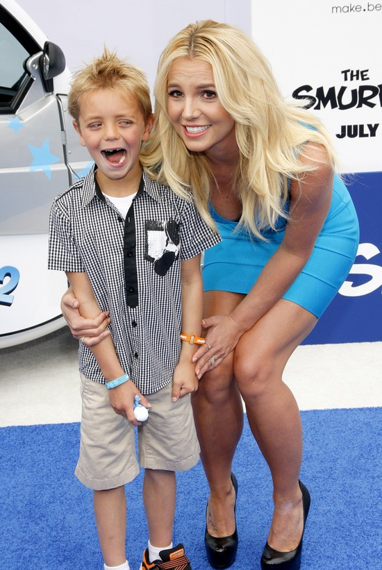 Britney Spears zabra�a syn�w na premier� filmu Smerfy 2 (FOT