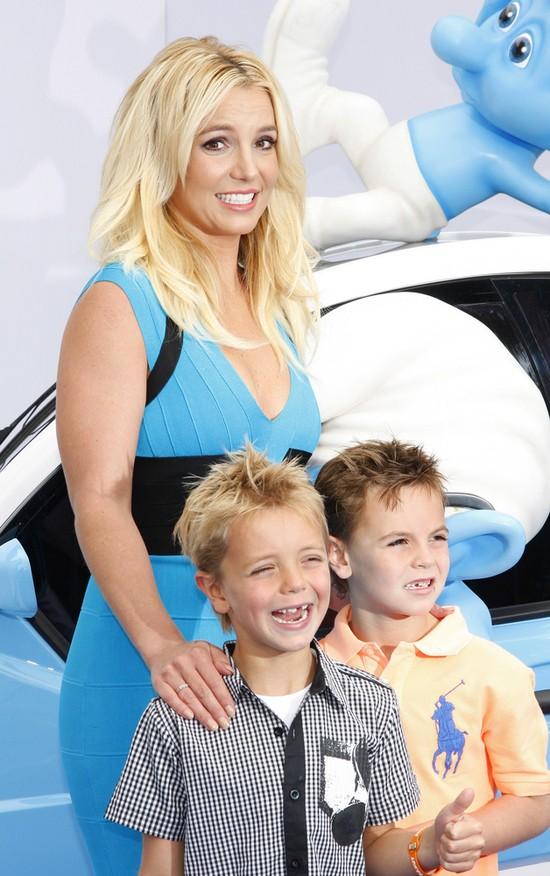 Britney Spears zabrała synów na premierę filmu Smerfy 2 (FOT