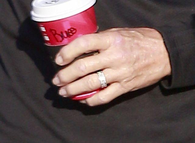 Dzień po rozwodzie Bruce Jenner... założył obrączkę