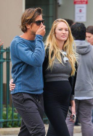 Candice Swanepoel z nagim ciążowym brzuchem na ulicy