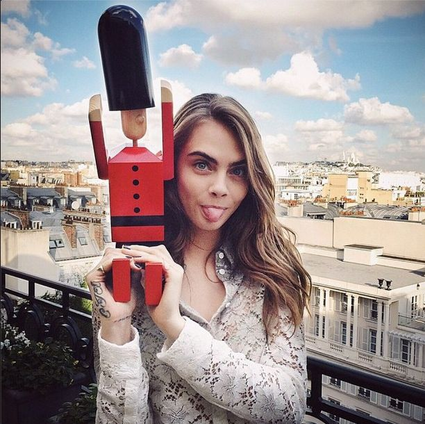 Szok! Cia�o Cary Delevingne przyci�ga metal! (VIDEO)
