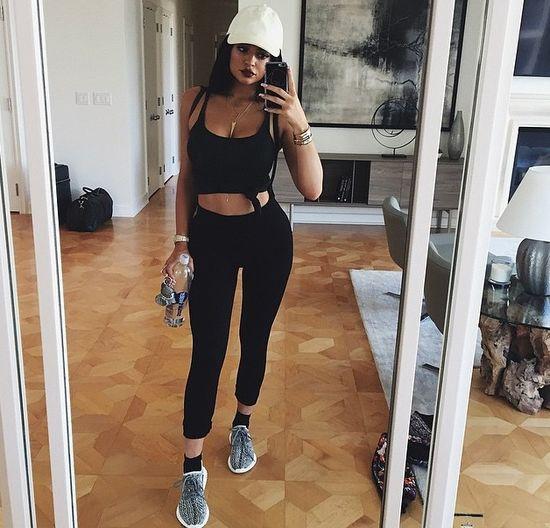 Czy robienie sobie 500 selfies, zanim wybierze si� to, kt�re wyl�duje na instagramie, nie brzmi jak starta czasu? Dla Kylie Jenner. (17 l.) to spos�b na zarobek, a je�li chce si� �y� w przepychu to faktycznie tych selfie trzeba troch� zrobi�.