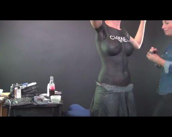Wyszła na ulicę bez koszulki [VIDEO]