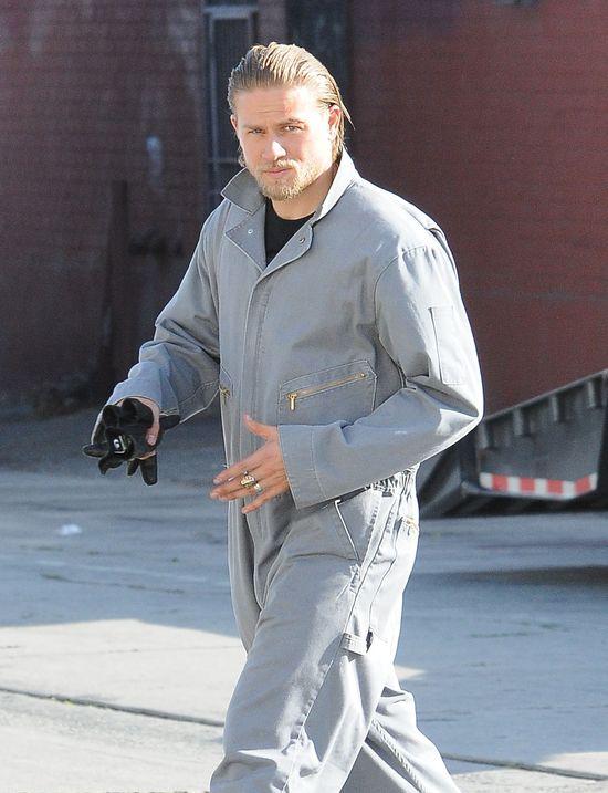 Charlie Hunnam jest obsypywany damskimi majtkami