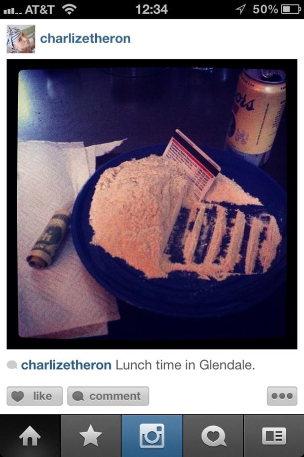 Charlize Theron pozuje nad... kupą w sedesie! (FOTO)